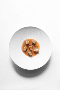 Ravioli di maionese in zuppa allo scoglio e acqua di pomodoro